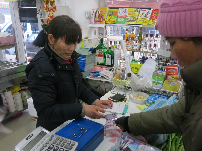 Chiều tà, chợ đã gần tan nhưng bà con vẫn tới cửa hàng thực phẩm Việt tại đây để mua sắm