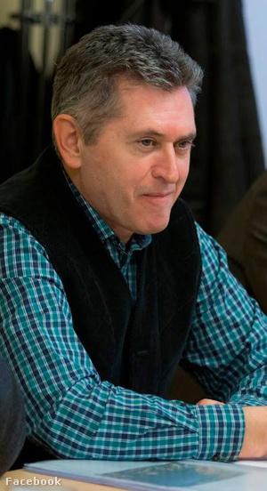 Dân biểu Bencsik János trong trang phục áo kẻ ca-rô - Ảnh: FB