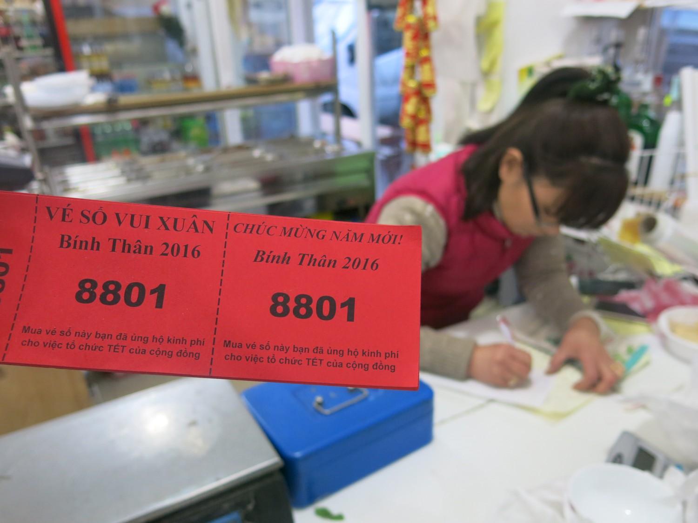 Vé số vui Xuân của Lễ hội Tết Cộng đồng cũng được bán tại đây
