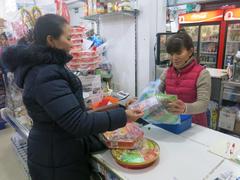 Vội mua chút quà tết sau khi đóng cửa hàng ở khu chợ bên cạnh