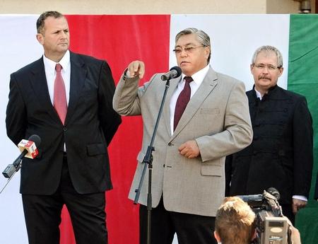 """Bộ trưởng Fazekas Sándor (ngoài cùng bên phải) và bạn thân, ông Horváth László, người có hãng hưởng trọn 40 triệu Forint tiền công quỹ cho những """"nghiên cứu"""" mà một phần là đạo văn, phần khác chứa nhiều đoạn vô bổ, theo truyền thông Hungary - Ảnh: Mészáros János (MTI)"""