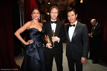 Đạo diễn Nemes Jeles László với Tượng vàng Oscar trong tay, cùng nam tài tử Hàn Quốc Lee Byung Hun và nữ minh tinh người Colombia, Sofia Vergara - Ảnh: Christopher Polk (Europress)