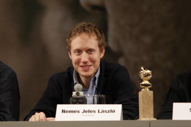 Trong buổi gặp mặt với báo giới tại rạp phim Uránia (Budapest) sau khi được giải Quả cầu vàng - Ảnh: Polyák Attila (origo.hu)
