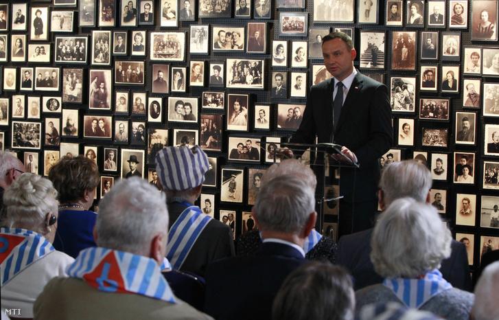 Tổng thống Ba Lan phát biểu trước những cựu tù nhân và các thân nhân tại trại tập trung và hủy diệt Auschwitz-Birkenau. Ngày 27-2-2016 - Ảnh: Czarek Sokolowski (MTI)