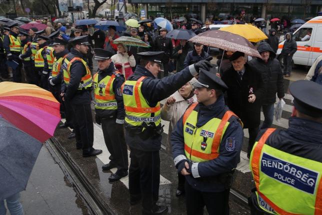Hàng rào cảnh sát chặn nhóm biểu tình phản đối chính phủ - Ảnh: Polyák Attila (origo.hu)