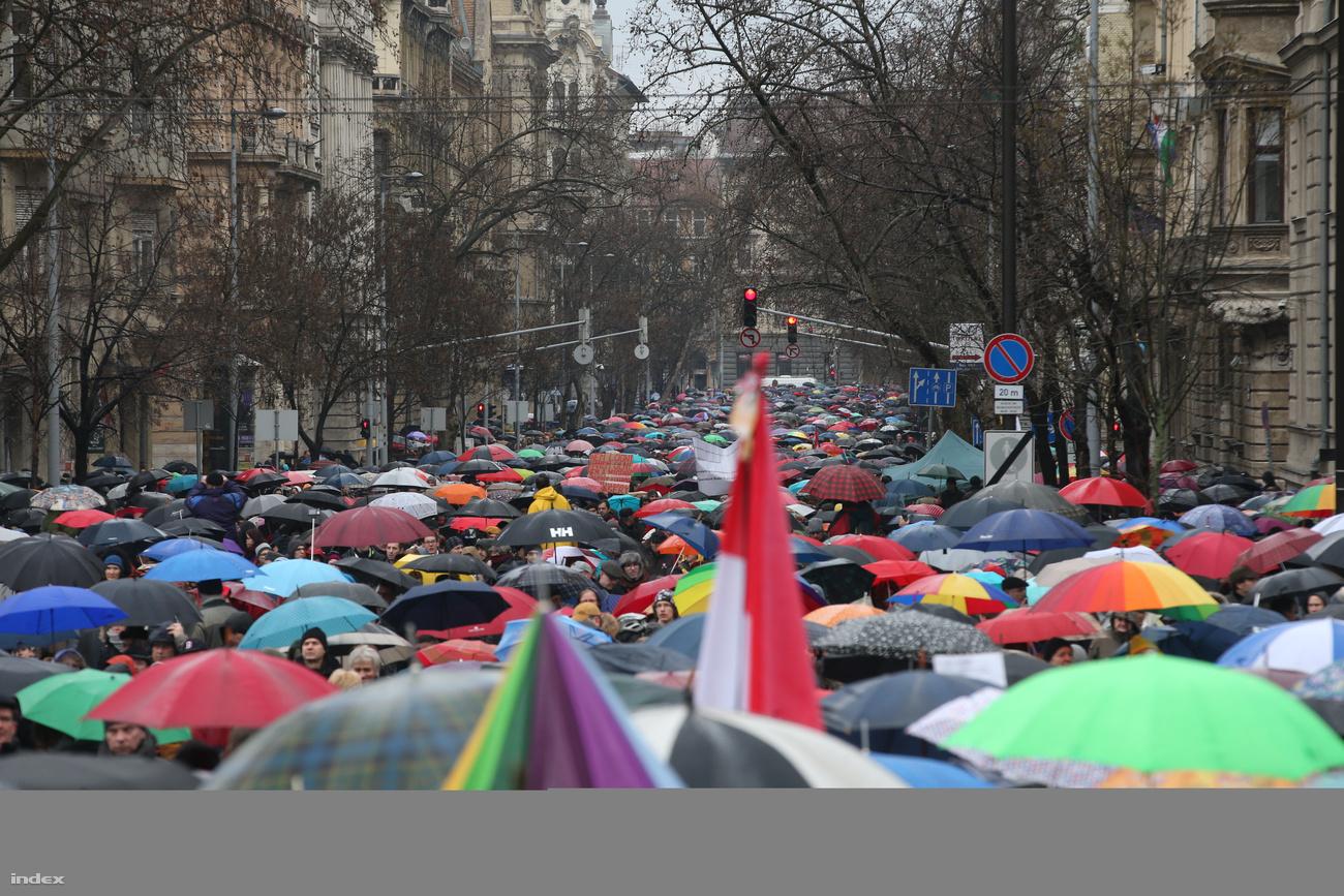 Đoàn biểu tình của các nhà giáo trên đại lộ chính của thủ đô Budapest - Ảnh: index.hu