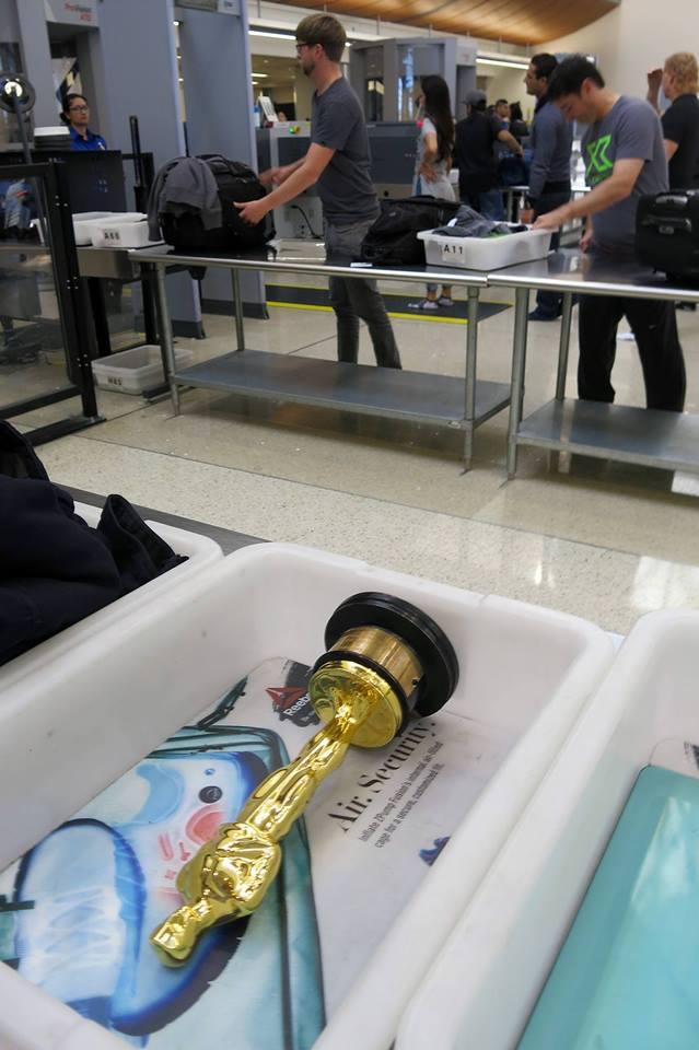 Tượng vàng Oscar trên đường hồi hương. Phi trường Los Angeles - Ảnh: Hermann Ildi