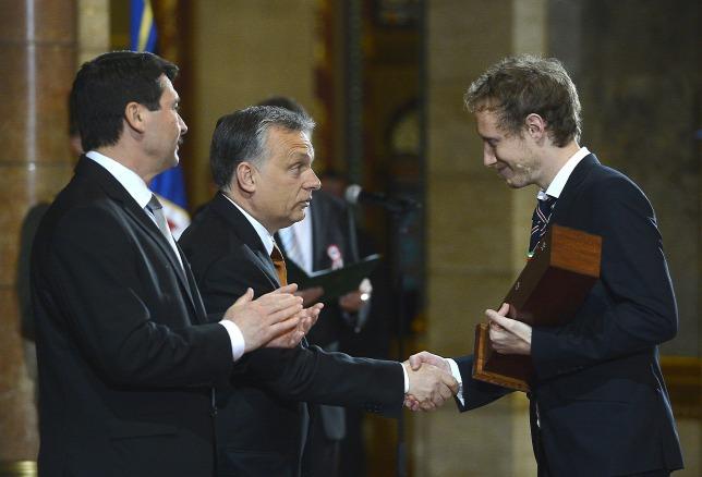 Đạo diễn Nemes Jeles László bắt tay Thủ tướng Orbán Viktor trong lễ nhận giải thưởng - Ảnh: Illyés Tibor (MTI)