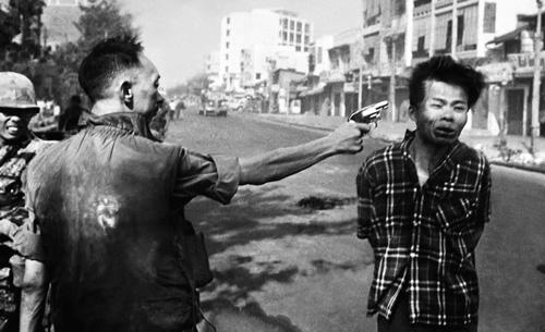"""Bức ảnh """"Hành quyết ở Sài Gòn"""" từng được thêm bông hoa trên nòng súng. Phải chăng vết thường chiến tranh là không thể chạm vào?"""