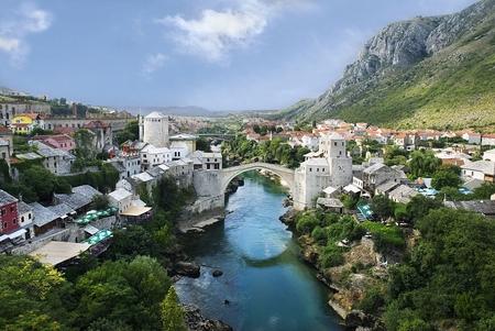 Phố cổ Mostar và cây cầu huyền thoại đã được tái thiết năm 2004 tại Bosnia và Hercegovina - Ảnh: Internet