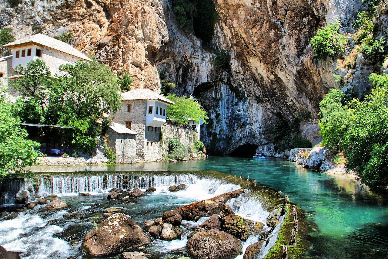 Tu viện cổ xây từ đầu thế kỷ 16 bên bờ sông Buna, gần thành phố Mostar, phía Nam Bosnia và Herzegovina - Ảnh: haerdekel.hu