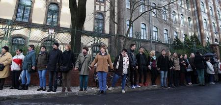 """Nắm tay nhau """"biểu dương lực lượng"""" trước cửa trường để phản đối chính phủ"""