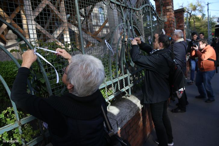 Một vài người cao tuổi biểu thị tình đoàn kết với các giáo viên - Ảnh: Huszti István (index.hu)