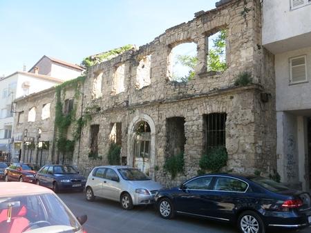 Vẫn có thể dễ dàng tím thấy những dấu ấn của chiến tranh tại khu vực gần cây cầu cổ Stari Most