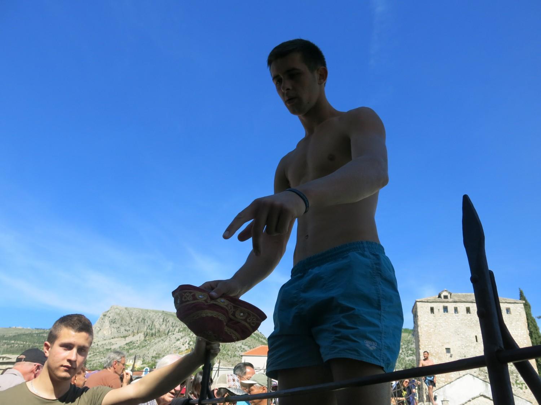 """... và cũng khá hoa mỹ: """"Hãy để cho chúng tôi được biểu diễn một nét truyền thống Mostar đi nào"""""""