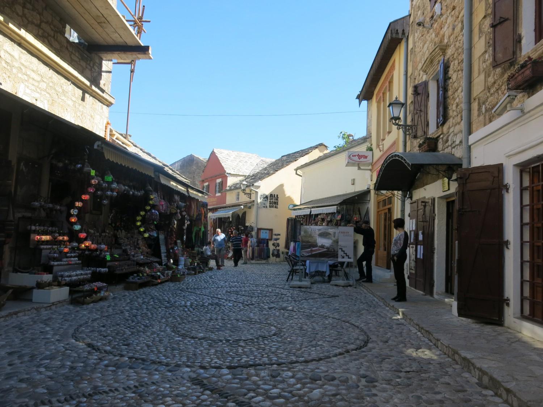 ... và điều thuận tiện là thường có thể trả bằng nội tệ của cả Bosnia, Croatia, Serbia bên cạnh các ngoại tệ quốc tế như EURO và USD