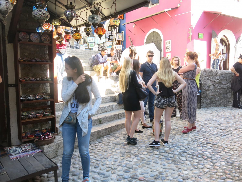 ... tới cách ăn mặc thông thoáng của du khách nước ngoài ngay tại khu vực Hồi giáo của Mostar