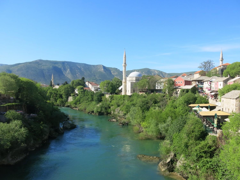 ... nối hai bờ của con sông Neretva nước xanh như ngọc bích...