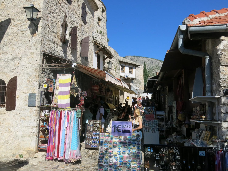 Đường tới cầu ở cả hai bên là khu phố cổ với những cửa hiệu luôn nhộn nhịp kẻ mua người bán...