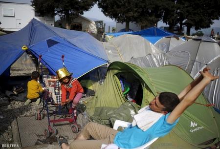 Người tỵ nạn trong các lều trại ở biên giới Macedonia - Hy Lạp - Ảnh: Stoyan Nenov (Reuters)