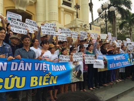 Xuống đường lên tiếng bảo vệ môi trường và cứu biển ngày 1-5-2016 tại Hà Nội - Ảnh: Internet