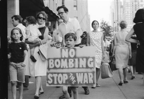 Trẻ em cùng gia đình đi biểu tình phản chiến, nhưng đó là ở nước ngoài - Ảnh tư liệu