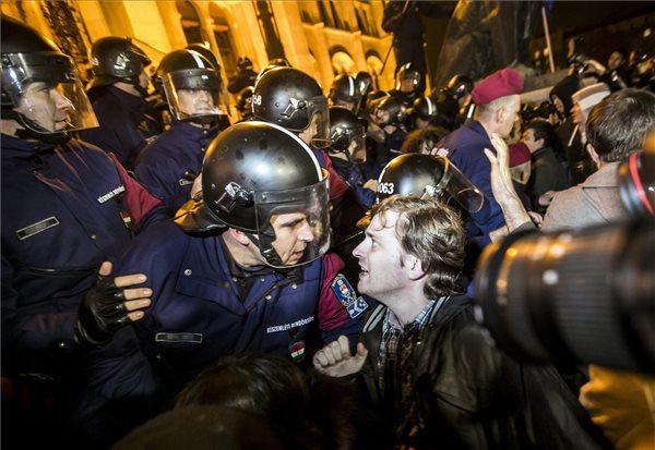 Biểu tình trước Nhà Quốc hội Hungary trong phản đối tham nhũng và chính sách của chính phủ cánh hữu của Thủ tướng Orbán Viktor - Ảnh: bigg.hu