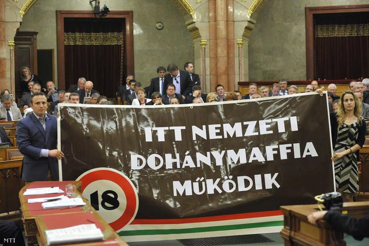 """Phản đối """"Mafia Thuốc lá Quốc doanh"""" tại phiên họp toàn thể của Quốc hội Hungary ngày 21-5-2013 - Ảnh: Soós Lajos (MTI)"""