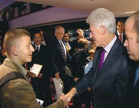 """""""Tay phải tôi đặt trong lòng bàn tay của tổng thống, tay trái thì bị người vệ sĩ siết chặt"""" - Ảnh: """"Napló"""" (TV2)"""