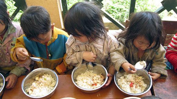 """Trong khi chưa tạo dựng được """"cần câu"""", vẫn rất cần """"con cá"""" và đây là hai hoạt động không mâu thuẫn và loại trừ nhau - Ảnh: Chương trình """"Cơm có thịt"""" đã mang lại miếng cơm, manh áo cho rất nhiều trẻ em vùng sâu, vùng xa"""