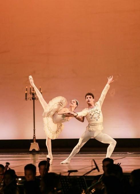 Ngôi sao Mathilde Froustey cùng bạn diễn
