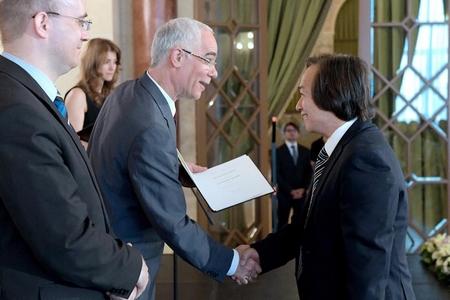 Tiến sĩ Bùi Minh Phong nhận quyết định phong hàm Giáo sư từ Bộ trưởng Nguồn nhân lực Hungary, ông Balog Zoltán