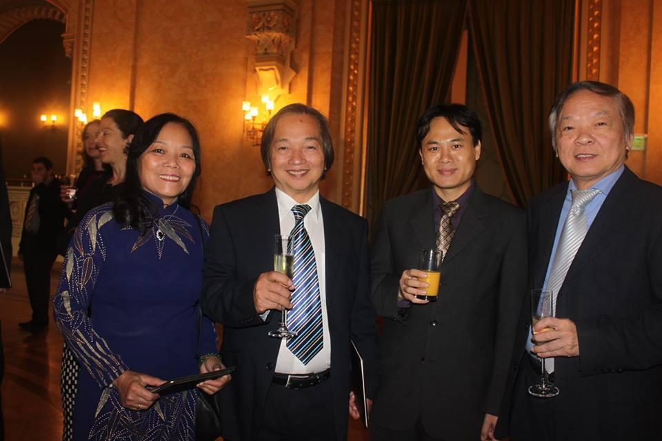 Giáo sư Bùi Minh Phong cùng vợ và Tham tán Chính trị Lê Trọng Hà (thứ hai từ phải sang) trong buổi lễ