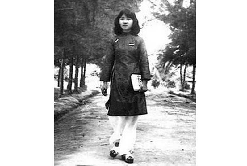Áo dài Mini trước 1975: vai raglan và quần ống rộng