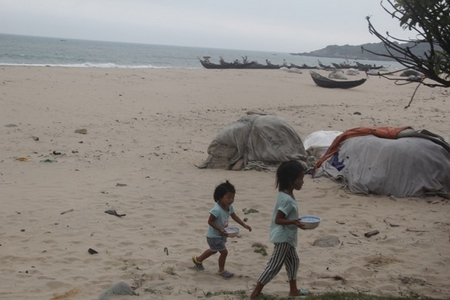 Cá chết hàng loạt, người dân lâm vào cảnh cùng cực, nhưng với nhiều người đây là chuyện không cần quan tâm trên Facebook - Ảnh: vietnamnet.vn