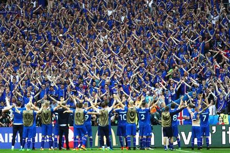Màn ăn mừng chiến thắng của đội bóng Iceland với các cổ động viên cuồng nhiệt