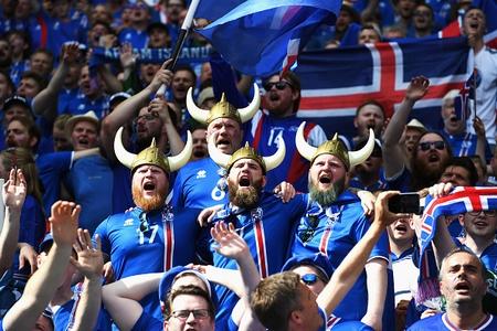 Cổ động viên Iceland luôn cổ vũ đội nhà với hình ảnh những chiến binh Viking ấn tượng