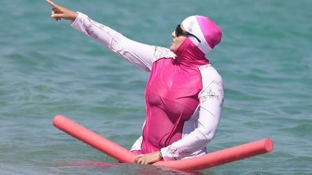 Việc cấm trang phục burkini đang gây nhiều tranh cãi - Minh họa: Internet