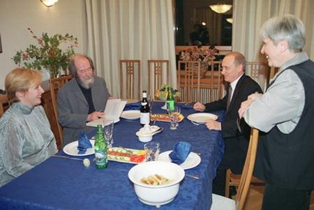 Một cựu tù nhân Gulag, một văn hào tầm cỡ như Solzhenitsyn... lại dễ thỏa hiệp trước sự phi dân chủ dưới chiêu bài quốc gia! - Ảnh: Tổng thống Vladimir Putin và Phu nhân đến thăm gia đình Solzhenitsyn