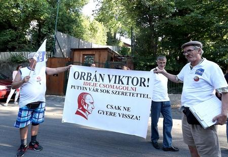 """Các thông điệp đa phần được thể hiện qua những biểu ngữ, khẩu hiệu - Ảnh: Földi Imre (""""Népszabadság"""")"""
