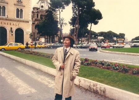 Nhà giáo Nguyễn Hoàng Tuyên trước Vương cung thánh đường Thánh Mary (Basilica di Santa Maria in Ara coeli, Roma, 1986) - Ảnh tư liệu