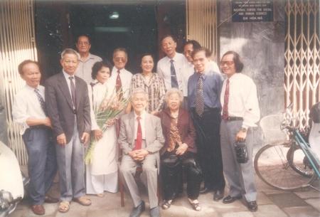 Nhóm cựu sinh viên dự bị Đại học Văn 1952-53 chụp kỷ niệm với thầy Trần Văn Giàu và cô nhân dịp thầy cô ra thăm Hà Nội năm 1994 - Ảnh tư liệu