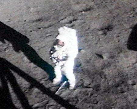 """""""Đây là bước đi nhỏ bé của một người, nhưng là bước tiến khổng lồ của nhân loại"""" - lời du hành gia Neil Armstrong, người đầu tiên đặt chân lên Mặt trăng hôm 20-7-1969"""
