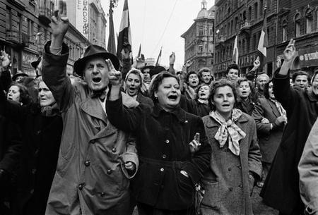 Khi một dân tộc đồng lòng đứng lên...: người tuần hành tại đường Rákóczi (ngày 29-10-1956) - Ảnh tư liệu của Erich Lessing