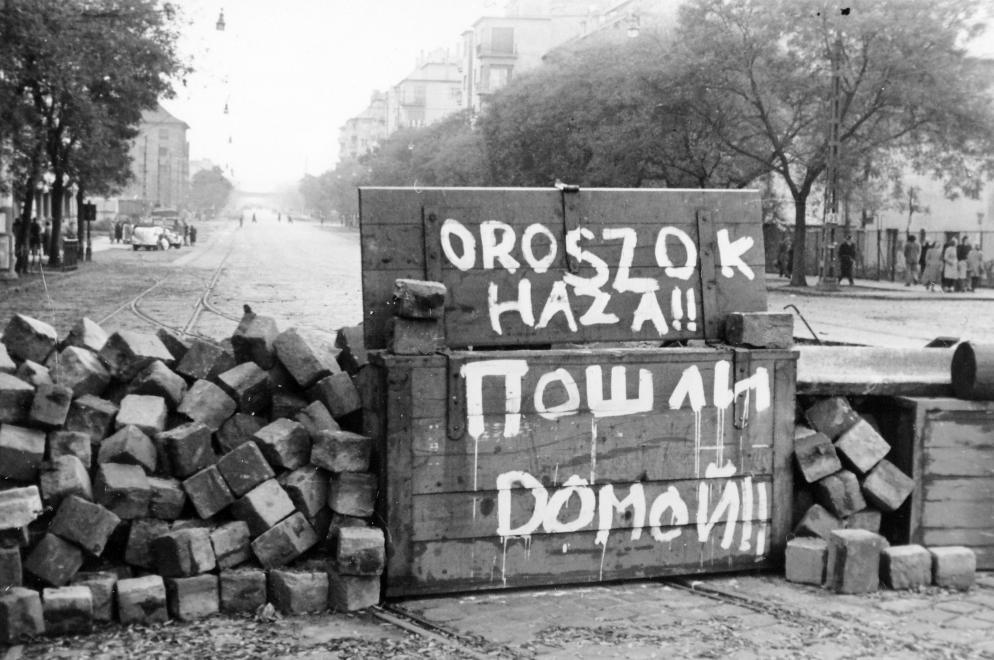 Chiến lũy trên đường phố với khẩu hiệu đòi lính Liên Xô phải rút quân khỏi Hungary - Ảnh tư liệu