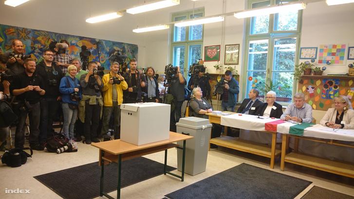 Chờ Thủ tướng Orbán Viktor xuất hiện - Ảnh: Nyilas Gergely (index.hu)