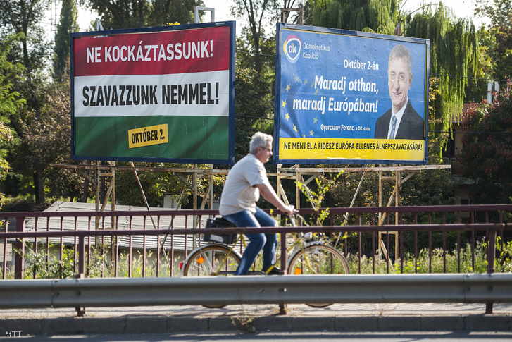 """Áp-phích vận động cử tri đi bỏ phiếu của chính phủ """"Chớ mạo hiểm, hãy nói không"""" (với việc tiếp nhận người tỵ nạn) và của đảng đối lập Liên minh Dân chủ """"Hãy ở nhà, hãy ở lại Châu Âu. Đừng tham dự kỳ trưng cầu dân ý trá hình chống Liên Âu của đảng FIDESZ"""" - Ảnh: Czeglédi Zsolt (MTI)"""