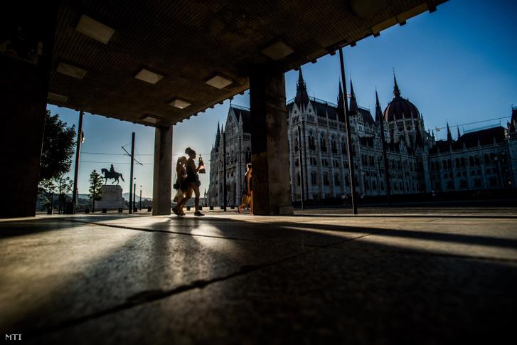 Cửa ra của bến metro Kossuth Lajos tér - Ảnh: Balogh Zoltán (MTI)