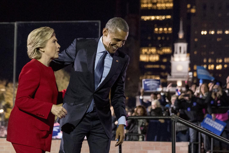 Trong thất bại của Hillary Clinton, có cả bóng dáng Barack Obama... - Ảnh: chicagotribune.com