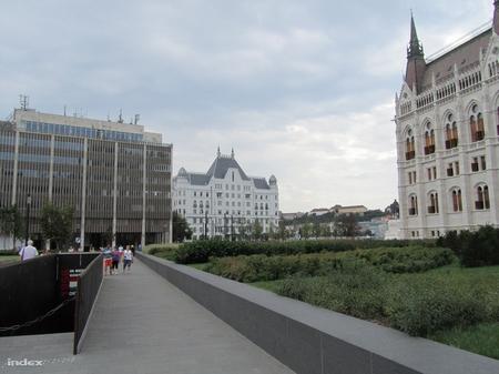 Trụ sở MTESZ và Tòa nhà Quốc hội (ở giữa là Cung Wellisch, trụ sở Bộ Tư pháp và Hành chính công Hungary) - Ảnh: Zubreczki Dávid (index.hu)